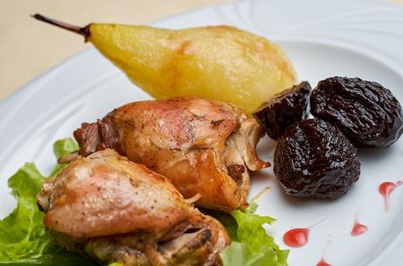 kuropatwa: Pieczony kuropatwa, uda kurczaka z królowej jabłek i liści szpinaku na białym talerzu.