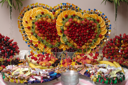 fruit skewers: brochetas de frutas de colores decorados con s�mbolos de naipes casino