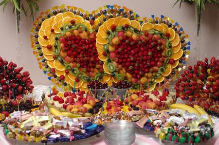 brochetas de frutas: brochetas de frutas de colores decorados con símbolos de naipes casino