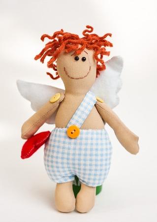 baby angel: Isolata cute baby angelo che regge un cuore rosso nelle sue mani.