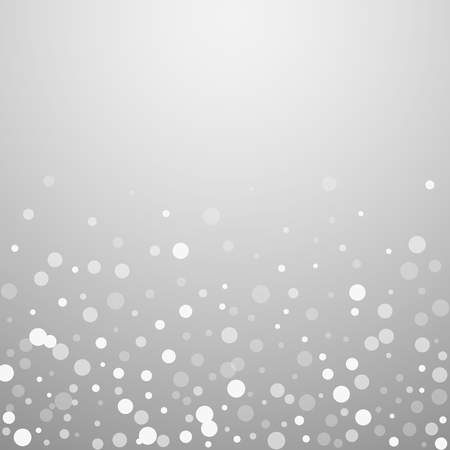 Priorità bassa di natale dei puntini bianchi. Sottili fiocchi di neve volanti e stelle su sfondo grigio chiaro. Seducente modello di sovrapposizione di fiocchi di neve d'argento invernali. Grande illustrazione vettoriale. Vettoriali