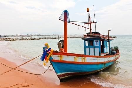 bateau de peche: Bateau de p�che en bois sur la plage. Banque d'images
