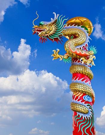 tempels: Dragon standbeeld met de blauwe lucht veld.