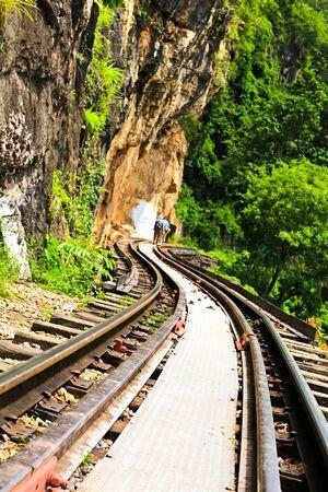 Ferroviaire mort � c�t� de la falaise, le long de la rivi�re Kwai en Tha�lande