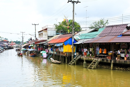 Samut Songkhram, Thailande - 15 SEPTEMBRE: Maison en bois le long Amphawa march� flottant le 15 Septembre 2012, � Samut Songkhram, Thailande. Amphawa est l'un des plus c�l�bre march� flottant du monde.
