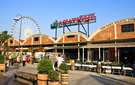 BANGKOK - MARCH 14: ASIATIQUE The Riverfront Factory District on March 14, 2013 in Bangkok, Thailand. Over 500 fashion boutiques housed in Factory District of Asiatique The Riverfront. 新聞圖片