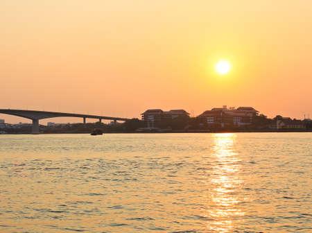 phraya: Puesta de sol en el r�o Chao Phraya Foto de archivo