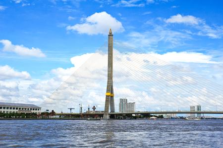 Le pont Rama VIII sur le fleuve Chao Praya � Bangkok, en Tha�lande. Banque d'images
