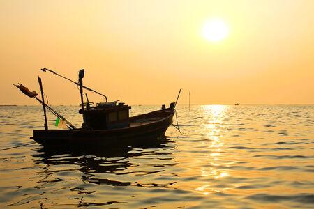 Silhouette d'un bateau de p�che au coucher du soleil