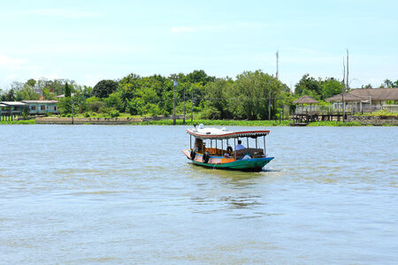 phraya: Barco en el r�o Chao Phraya, Nonthaburi, Tailandia.