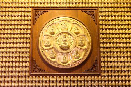 bouddha: Dix Mille Bouddhas dor�s align�s le long du mur du temple chinois en Tha�lande. Banque d'images