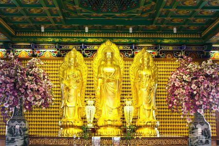 templo: Estatua de Buda de oro en el templo chino en Tailandia Foto de archivo