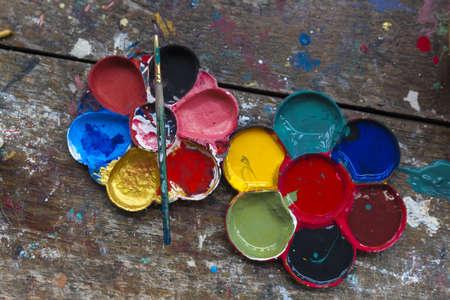pallette: palette de l'art avec des gouttes de peinture et un pinceau sur fond de bois