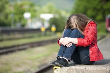 Jong meisje op het station