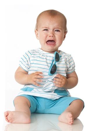 fille pleure: Sweet baby avec des lunettes de soleil