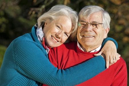 pareja abrazada: Feliz pareja senior