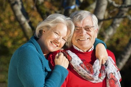 mujeres ancianas: Feliz pareja senior