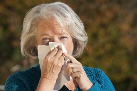 gripe: La mujer mayor que tiene gripe