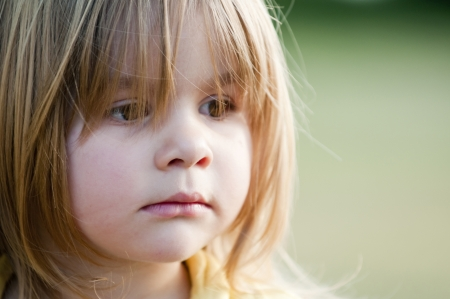 petite fille triste: Enfant triste