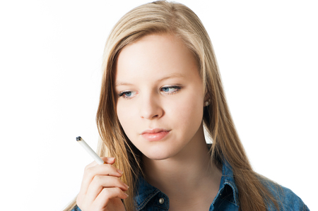 youth smoking: Adolescente con el cigarrillo aislado en blanco