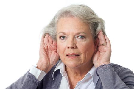 dolor de oido: Mujer madura de la mano a la oreja