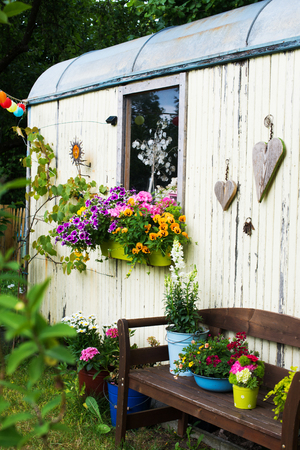Oude houten schuur in een tuin Stockfoto
