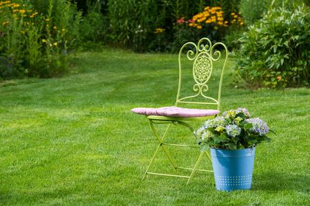 Gartenstuhl mit Bauernhortensie Stock Photo