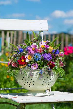 Colorful large flower arrangement in a bowl Foto de archivo