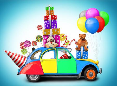 Kleurrijke auto met geschenken en speelgoed, vakantie