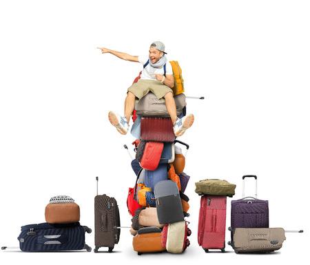 Toerist zit op een stapel tassen en rugzakken Stockfoto
