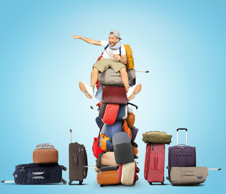 mochila viaje: Turismo se encuentra en una pila de bolsas y mochilas