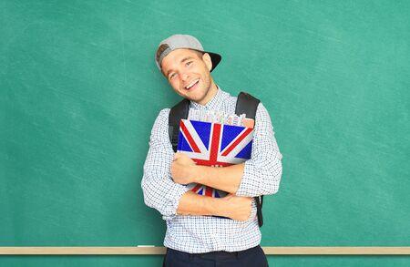 teorema: Estudiante universitario con un libro de texto de idiomas Inglés, educación Foto de archivo