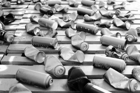 pulverizador: Latas usadas de pintura de graffiti en el suelo Foto de archivo
