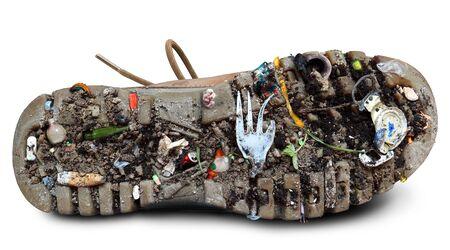 basura: Suela del zapato con la suciedad y la basura, el tema de la ecología
