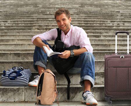 persona viajando: Turista con un libro guía en las escaleras