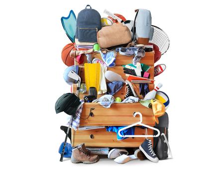 habitacion desordenada: Lío, una cómoda con ropa dispersos, zapatos y otras cosas