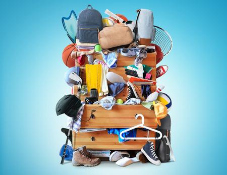 Mess, dressoir met verspreide kleding, schoenen en andere dingen