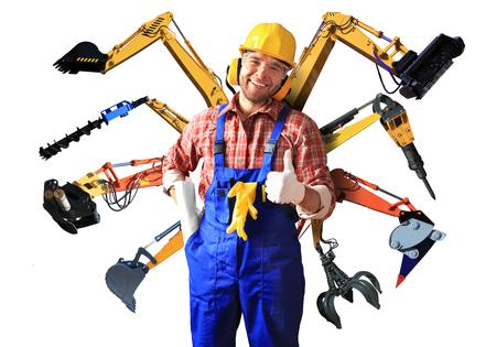 trabajador de la construcción en el casco amarillo y partes de maquinaria de construcción