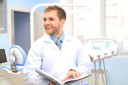 personas saludables: médico dentista después del trabajo en el consultorio médico
