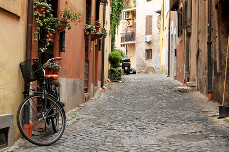 Italy, street with bicycle and flowers in Rome Stockfoto