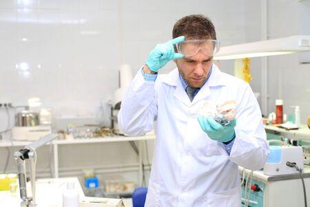 Dentale protesi tecnico con gesso in laboratorio