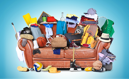 habitacion desordenada: sofá de cuero grande con un montón de cosas diferentes
