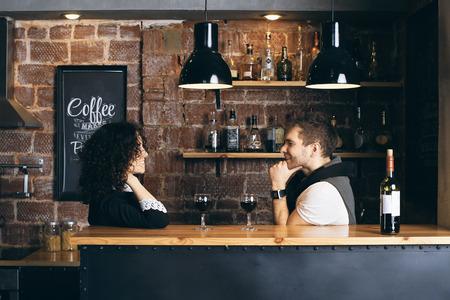 Paar bij de bar met twee glazen wijn Stockfoto