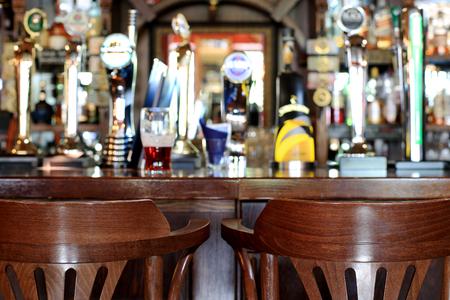 Bierbar pub, lange tafel met stoelen Stockfoto