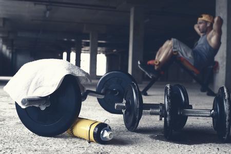fitness hombres: Tipo de la gorra de béisbol en el gimnasio