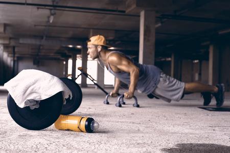 체육관에서 야구 모자에있는 남자