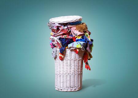 Weiß Strohkorb voller schmutziger Wäsche Standard-Bild - 60673593