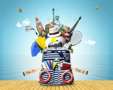 Gestreepte zee zak met roeispanen en vliegtickets