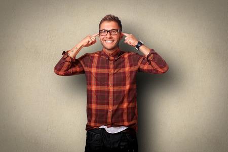 mente humana: Hombre joven en camisa y pantalones vaqueros sonriendo Foto de archivo