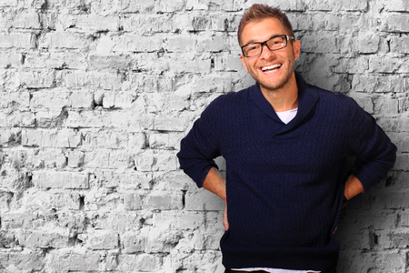 uomo felice: Giovane in maglione e jeans blu sorrisi